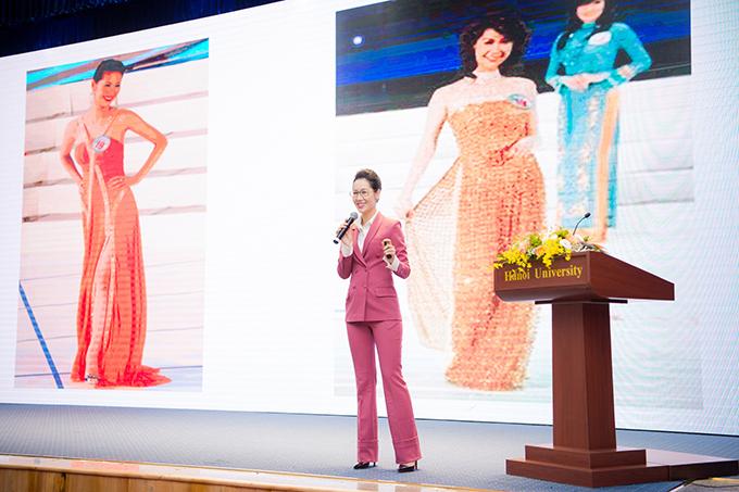 Trước sự chứng kiến của gần 400 sinh viên, Dương Thùy Linh có bài phát biểu 10 phút bằng tiếng Anh. Người đẹp cho biết, mình sinh ra trong gia đình có bà ngoại là doanh nhân và mẹ là tiến sĩ khoa học luôn đấu tranh chobình đẳng giới nên được tiếp cận nhiều thông tin về chủ đề này từ nhỏ.