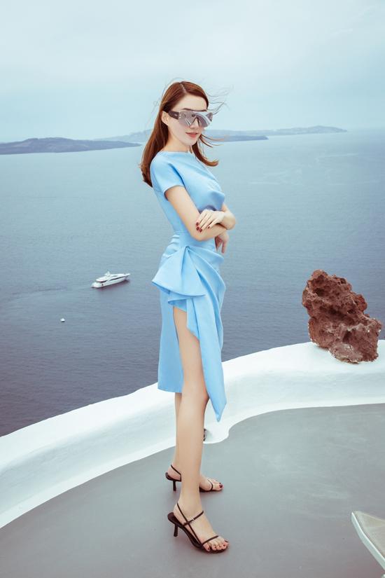 Lê Hà lựa chọn lựa các kiểu váy xẻ cao, phom dángđơn giản nhưng không kém phần sang trọng.