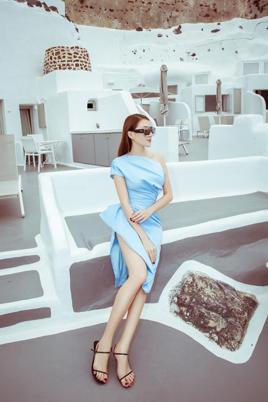 Chất liệu vải cao cấp như lụa, satin được may cách điệu vừa mang đến sự thoải mái cho kỳ nghỉ dưỡng, vừa tạo hiệu ứng khi di chuyển.