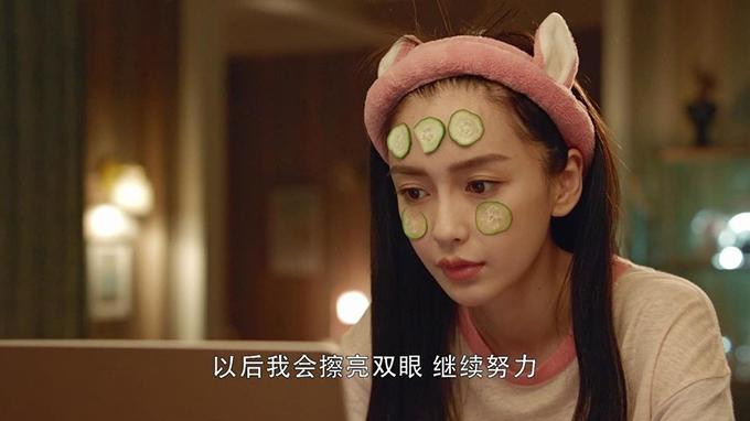 Đây không phải lần đầu diễn xuất của Angelababy bị ném đá và gây ảnh hưởng tới danh tiếng của các dự án. Ba phim truyền hình trước của cô cũng nhận số điểm rất thấp trên Douban: Vân trung ca 3,2 điểm, Cô phương bất tự thưởng 3 điểm, Thời đại khởi nghiệp 3,7 điểm.