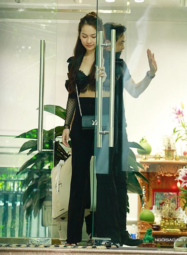 Dương Khắc Linh và Sara Lưu bước ra từ cửa hàng áo cưới của một nhà thiết kế tên tuổi tại TP HCM. Nhạc sĩ thân thiện vẫy chào các nhân viên.