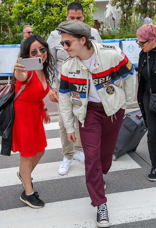 Cậu cả nhà Becks mỉm cười thân thiện selfie cùng fan khi băng qua đường