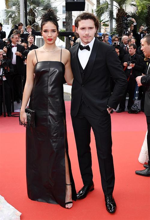 Hôm 21/5, Brooklyn và Hana Cross sánh bước bên nhau trên thảm đỏ LHP Cannes