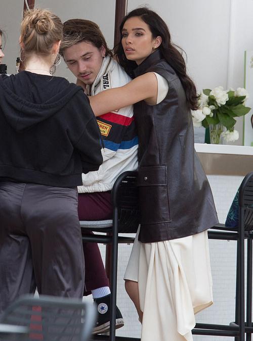 Một ngày sau buổi xuất hiện trên thảm đỏ lần đầu tiên cùng nhau, chàng trai nhà Becks và cô bạn gái người mẫu lại quấn quýt không rời trên phố.