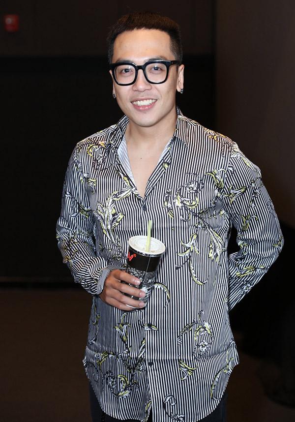 Nhạc sĩ Hoàng Duy mặc giản di đi sự kiện.
