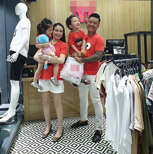 Tuấn Hưng đưa bà xã Thu Hương và hai con đi mua sắm đồ đi chơi biển. Vợ chồng nam ca sĩ sẽ đón thêm con thứ 3 trong năm nay.