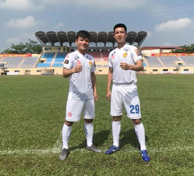 Thanh Trung và Huy Hùng trên sân tập của Quảng Nam. Ảnh: FBNV