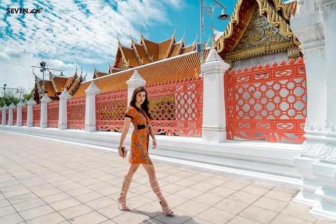 Lấy cảm hứng từ họa tiết khăn vốn được yêu chuộng trên thế giới, thương hiệu thời trangSeven.AM trình làng bộ sưu tập mới nhất mang tên Lost in Thailand. Theo đại diện thương hiệu, các nhà thiết kế của Seven.AMsáng tạonhiều mẫu thiết kế mớiđược đầu tư kỹ về ý tưởng và kỹ thuật may. Bộ sưu tập có sự góp mặt của Á Hậu Thái Lan 2018 - Helena Busch.