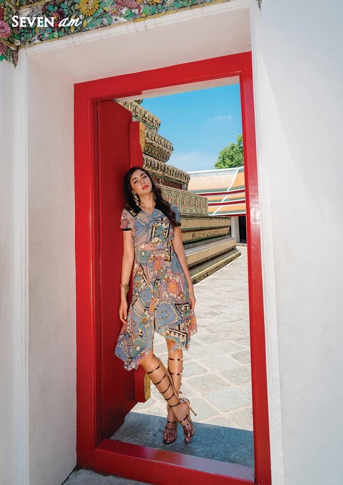 Váy liền cách điệuvạt chéo giúp nàng có thể linh hoạt mặc đi làm hoặc đi chơi.