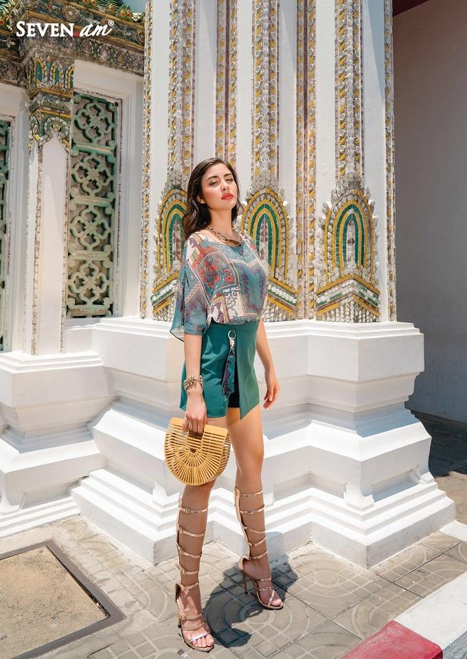 Áo voan in họa tiết khăn lụa được thiết kế giản lược đường cắt, chiết mang lại nét đẹp thanh tao, mềm mại cho người mặc.