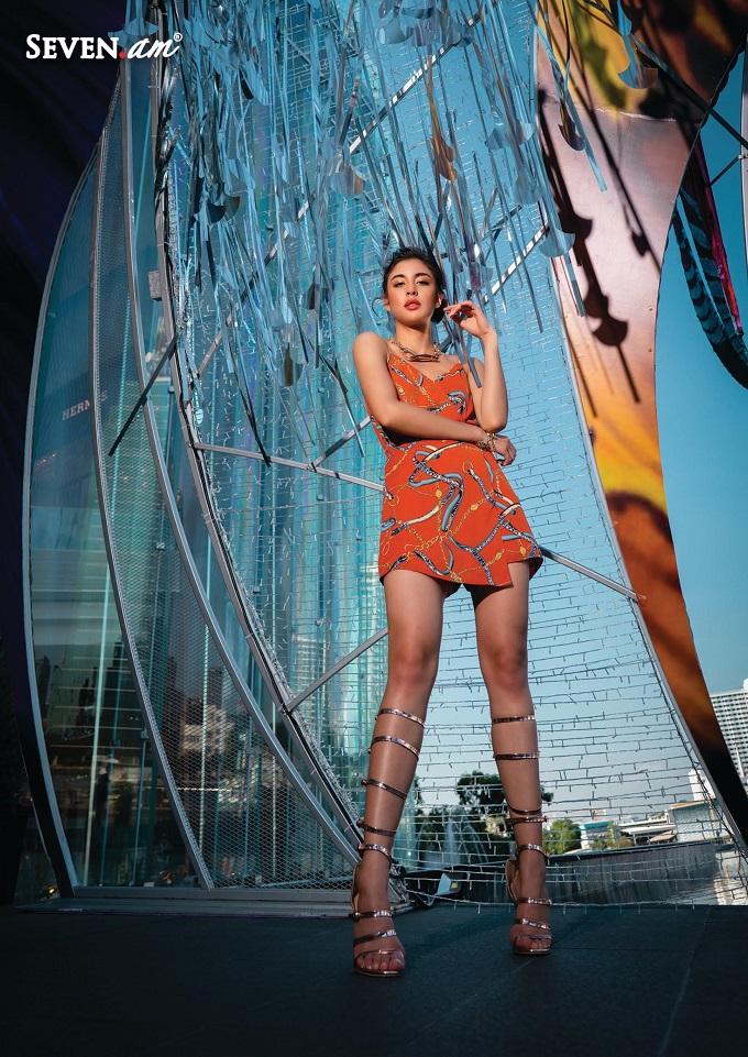 Tông màu nóng được tôn vinh trong BST, xu hướngmàu cam xuất hiện trong nhiều kiểu váy mini, đầm công sở, áo sơ mi.