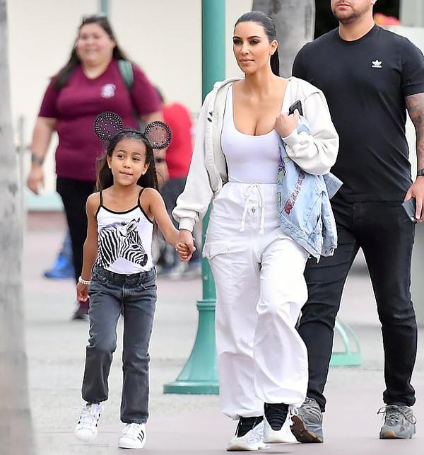 Bé North West sắp tròn 6 tuổi và tháng 6 tới và chuẩn bị đi học lớp 1. Kim từng tiết lộ con gái cả có cá tính mạnh mẽ, yêu thích thời trang.
