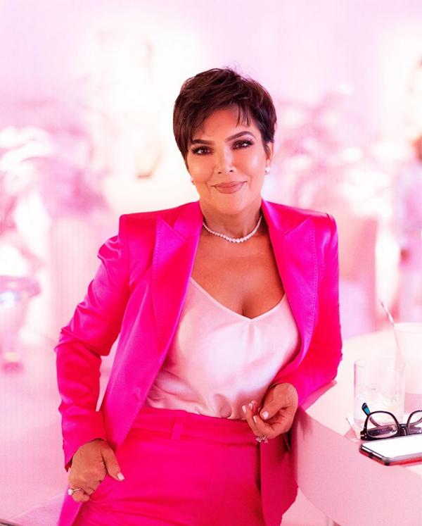 Mẹ của Kylie - bà Kris Jenner - trẻ trung trong bộ vest hồng.