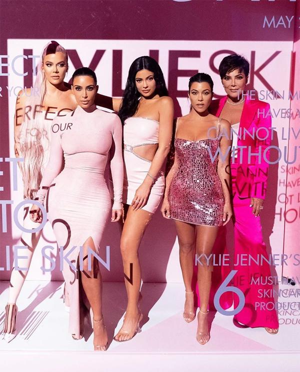 Kylie khoe dáng cùng ba chị gái và mẹ. Cô thổ lộ: Tôi không biết sẽ làm được gì nếu không có những người phụ nữ mạnh mẽ này trong đời.