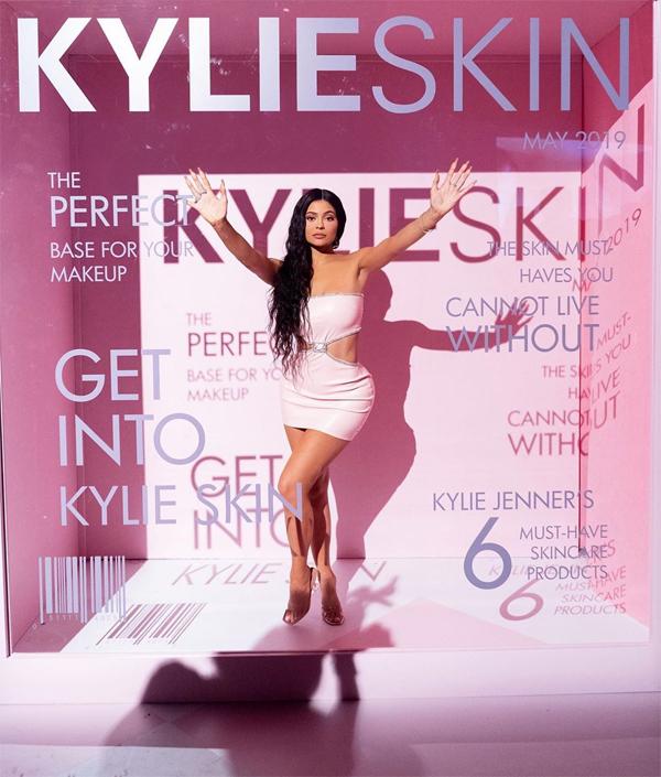 Kylie Jenner ra mắt dòng mỹ phẩm chăm sóc da sau thành công rực rỡ của sản phẩm trang điểm (son môi, chì kẻ mắt). Đầu năm 2019, công ty mỹ phẩm Kylie Comestic của Kylie được định giá gần 1 tỷ USD, giúp Kylie trở thành tỷ phú tự thân trẻ nhất thế giới.
