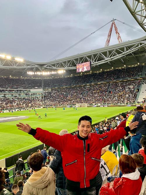Đây không chỉ là trận đấu bình thường mà còn là trận đấu đánh dấu sự lên ngôi sớm của Juventus với nhiều màn trình diễn cảm xúc.Xuyên suốt trận đấu cũng là một bữa tiệc âm thanh ánh sáng đỉnh cao. Đôi lúc tự ngỡ ngàng hỏi Vì sao họ có thể làm được như vậy.Vậy mới thấy vì sao người ta lại làm bóng đá giỏi đến thế, bởi vì bóng đá với họ không chỉ mang tính chất giải trí mà nó còn mang lại giá trị về tinh thần rất cao, giúp những người xa lạ có thể hoà chung mộtcảm xúc và còn khiến những người sẵn sàng vượt hàng vạn cây số để sống với nó chỉ vỏn vẹn 90 phút, anh nói.
