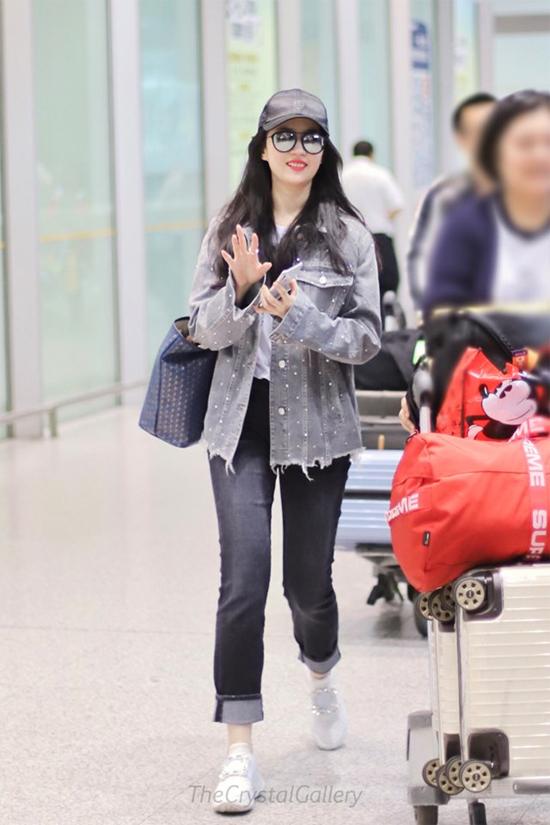 Lưu Diệc Phi xuất phát đi Milan hôm 23/5, cô sẽ có lịch làm việc tại nước ngoài trong thời gian tới. Nữ diễn viên đã hoàn thành xong các cảnh quay của Mulan, hãng Walt Disney sản xuất, phim dự kiến ra mắt khán giả vào 2020 tới.