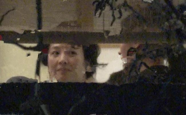 Mẹ Lưu Diệc Phi tâm trạng rất vui vẻ, bà liên tục mỉm cười.