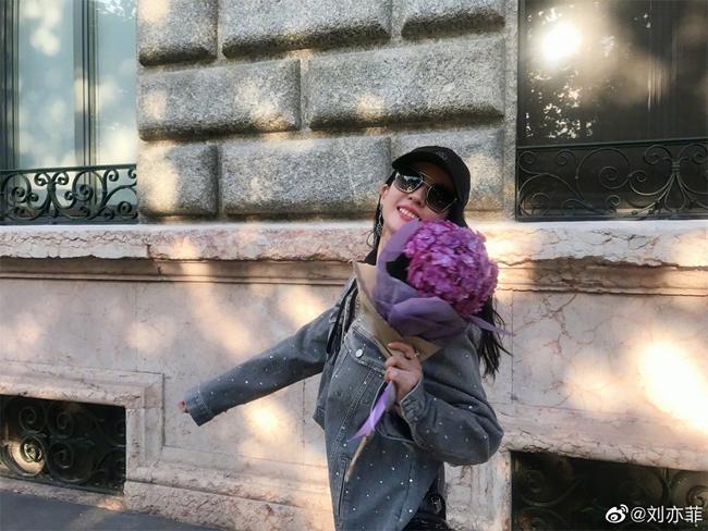 Trên trang cá nhân, Lưu Diệc Phi chia sẻ nhiều hình ảnh đời thường, trông cô rạng rỡ hạnh phúc. Sinh năm 1987, Lưu Diệc Phi là cái tên quen thuộc của màn ảnh Hoa ngữ. Cô được yêu mến qua nhiều tác phẩm như Gia tộc kim phấn, Tân Thiên Long Bát Bộ, Tiên kiếm kỳ hiệp... Bộ phim gần đây nhất cô tham gia là Nam Yên Trai Bút Lục vừa đóng máy vào cuối tháng 6 năm ngoái.