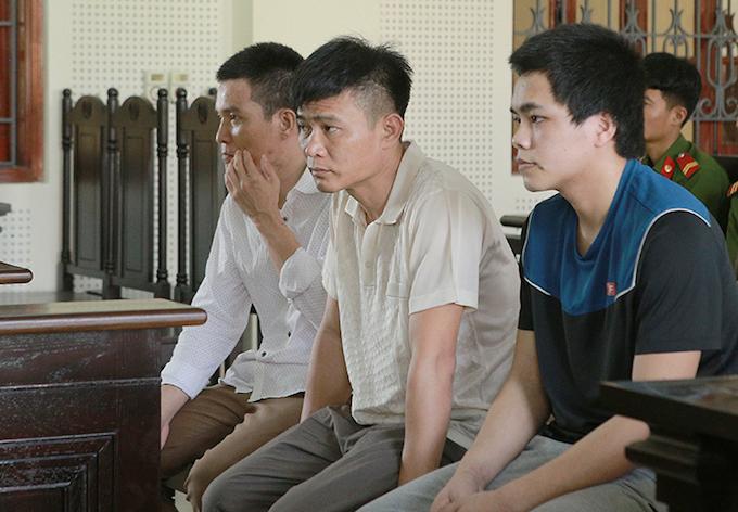 Quang Văn Là (bìa phải) cùng Công và Nam tại tòa. Ảnh: Anh Thư.