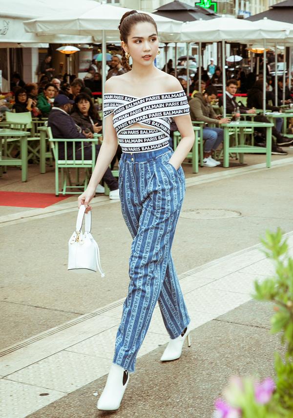 Mỹ nhân quê Trà Vinh gây chú ý khi diện mốt hở vai dạo phố.