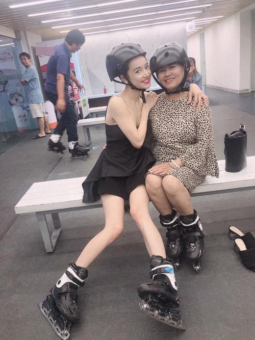 Nữ diễn viên lộ cánh tay và đôi chân gầy gò trong bức ảnh chụp cùng mẹ.