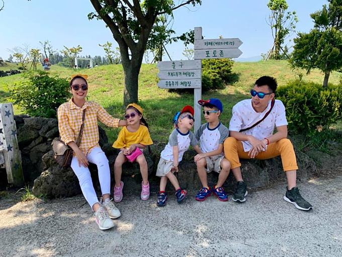 Vợ chồng Ốc Thanh Vân - Trí Rùa và 3 con đang có chuyến du lịch ở Hàn Quốc. Nữ MC cho biết: Hôm nay đi thăm nông trại Nụ Cười tại Jeju. Ôi xinh đẹp và đáng yêu!Một trong những thành phố đẹp nhất tại Châu Á, là hòn đảo này.Thiên nhiên tươi đẹp, hiền hoà.Mọi thứ sạch sẽ, văn minh.Rất rất tuyệt.