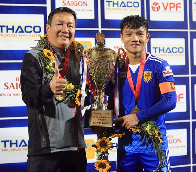 HLV Hoàng Văn Phúc và Đinh Thanh Trung nâng Cup vô địch V-League 2017. Ảnh: FB.