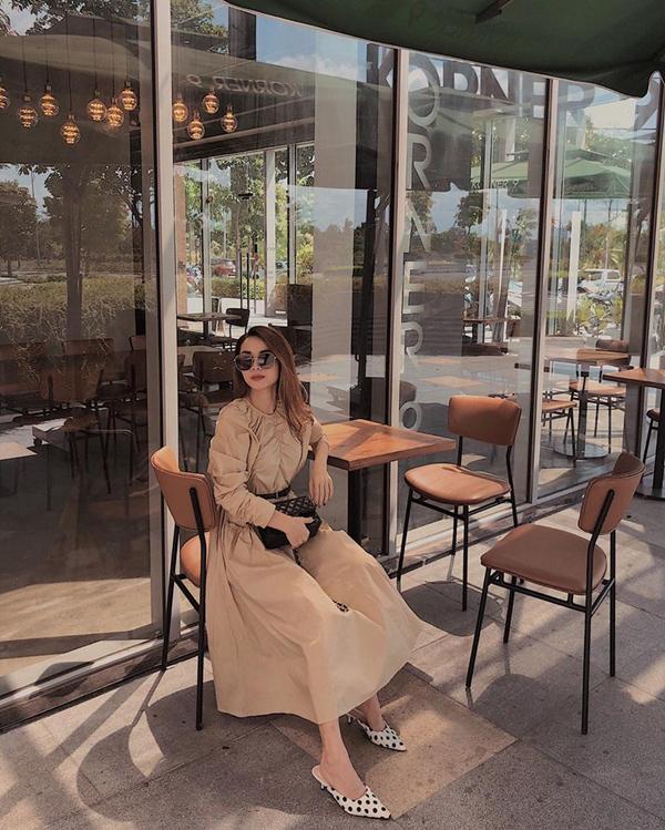 Cơn sốt tông màu cà phê sữachưa hạ nhiệt, vì thế Yến Trang vẫn chọn màu hottrend để tăng sức hút cho set đồ dạo phố gồm váy thắt eo, túi Chanel dáng classic và giày slip on chấm bi trắng đen.