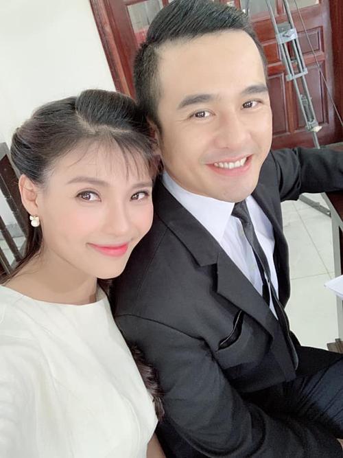Vợ chồng Thúy Diễm - Lương Thế Thành pose hình tại hậu trường phim mới.