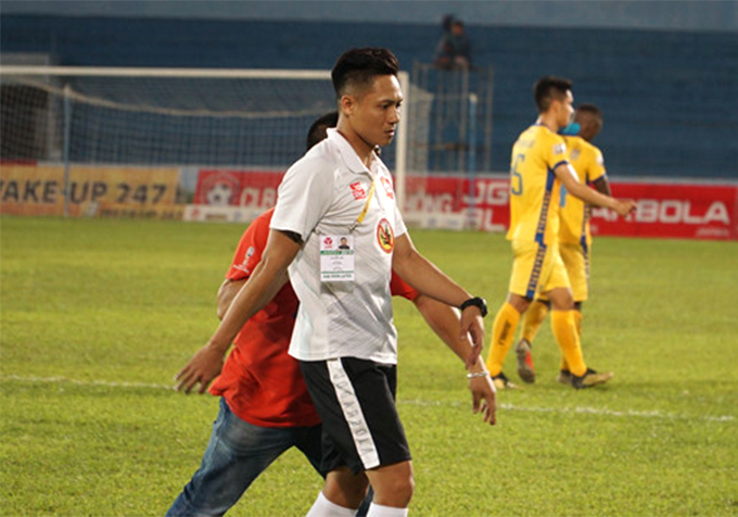 Trợ lý Ngô Anh Tuấn của CLB Hải Phòng nổi nóng sau trận đấu với Thanh Hóa. Ảnh: TN.