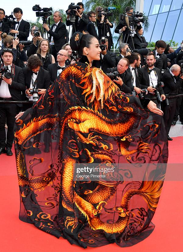 Hình ảnh Trương Thị May với trang phục độc đáo được trang web nổi tiếng Getty Images đăng tải.