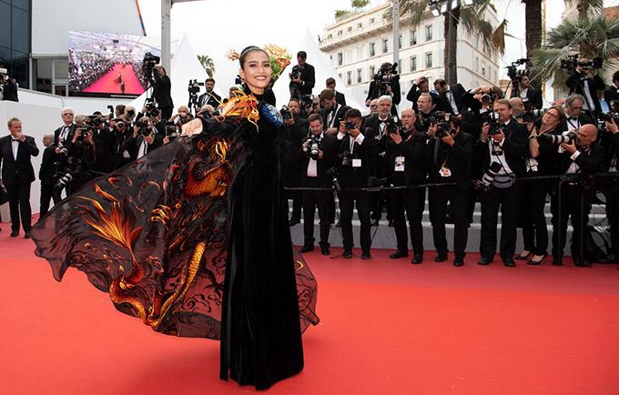 Trương Thị May được mời dự lễra mắt bộ phim Oh Mercy!tại LHP Cannes 2019. Người đẹp Việt mặc áo dài truyền thống gam đen đính thêm phần áo choàng thêuhọa tiết rồng bay ấn tượng.