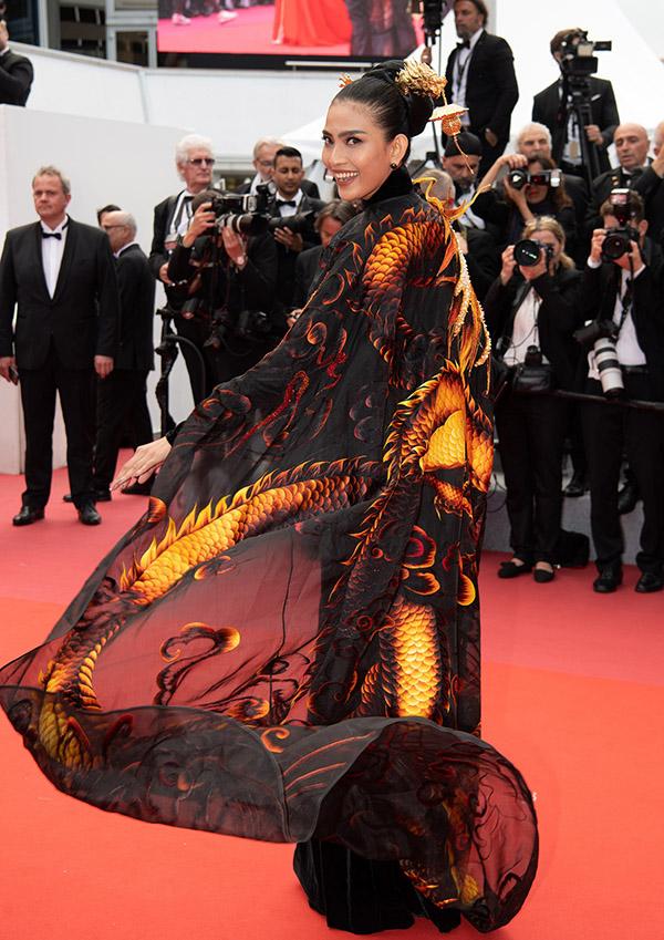 Người đẹp thoải mái tạo dáng, khoe vẻ rạng ngời trên thảm đỏ.