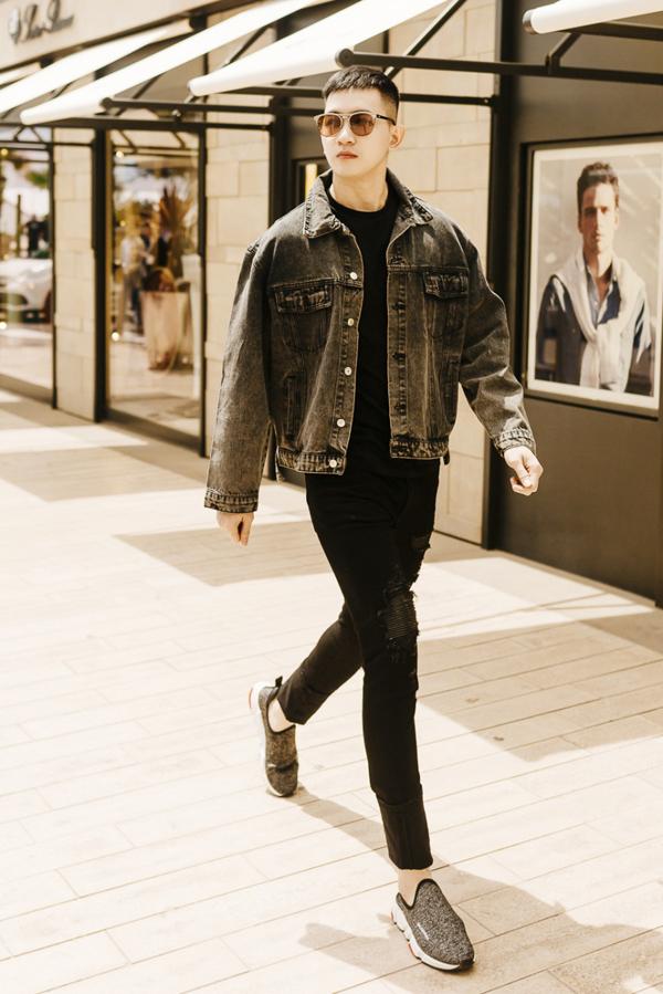 Nam diễn viên khéo tôn chiều cao 1,86 m với quần jeans skinny.