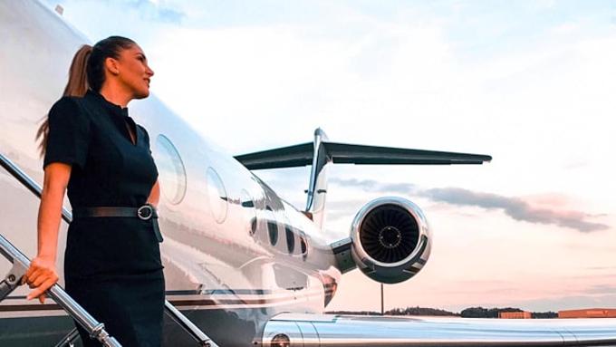 Tiếp viên hàng không chuyên cơ không có quy chuẩn đồng phục. Ảnh: Mary Kalymnou.