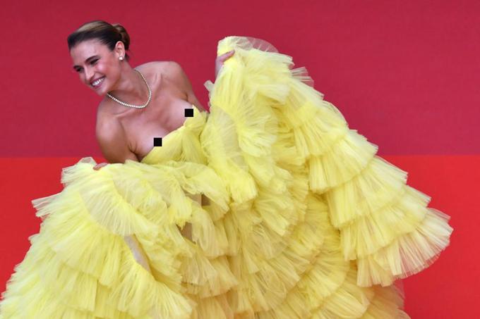 Người mẫu Brazil, Fernanda Liz, tung tẩy trên thảm đỏ trong khi chiếc váy tụt xuống quá nửa bầu ngực khiến cô lộ cả hai bên nhũ hoa. Fernanda là khách mời trong buổi ra mắt phim Oh Mercy! hôm 22/5.