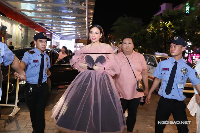 Nữ ca sĩ lộng lẫy như công chúa trong bộ váy voan hồng điệu đà. Ngoài ca hát, Hồ Ngọc Hà còn kinh doanh mỹ phẩm khá thành công.