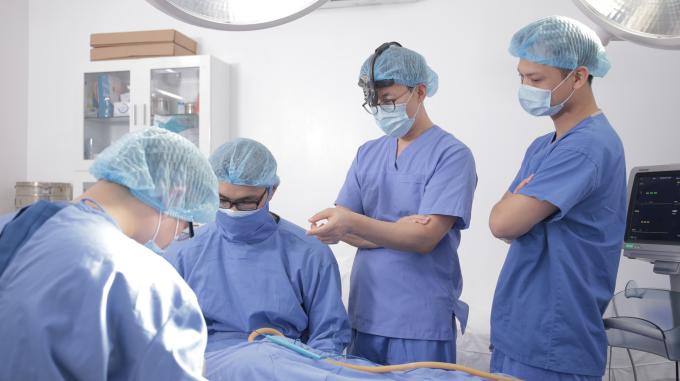 Ts.Park Hyo Jin (thứ hai từ phải sang)đang tiến hành hướng dẫn thực hiện một ca phẫu thuật tạo hình mũi