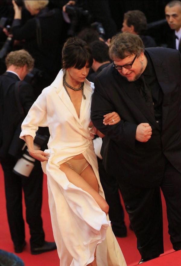 Cannes năm 2015, minh tinh người Pháp Sophie Marceau vén váy quá đà trong lúc khoác tay vị khách nam bước lên bậc thềm.