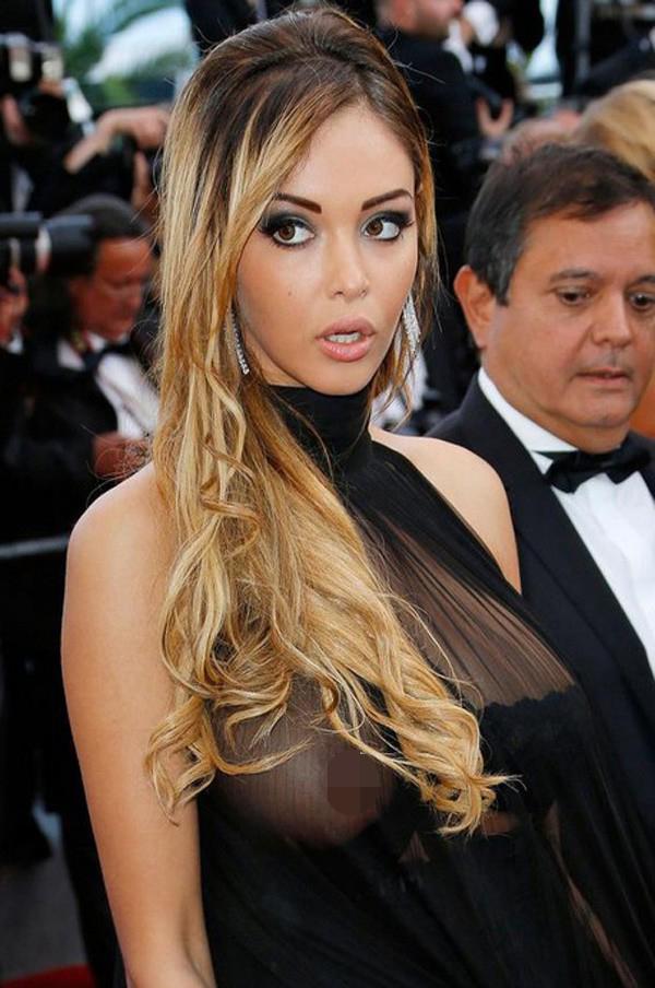 Người mẫu Pháp Nabila Benattia dường như đã chọn bra quá nhỏ so với vòng một ngoại cỡ của cô. Một bên áo bị tuột khiến cô phơi trọn núi đôi giữa thảm đỏ năm 2014.