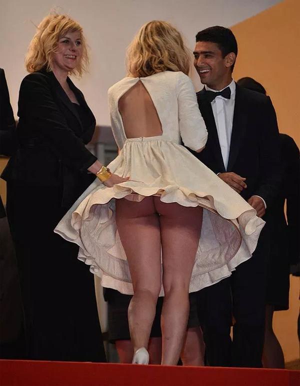 Một người đẹp đến dự lễ ra mắt phim Le Vie Di Adele tại Cannes 2013 tung tăng bước vào rạp chiếu trong khi chiếc đầm quây bị hớt lên cao.