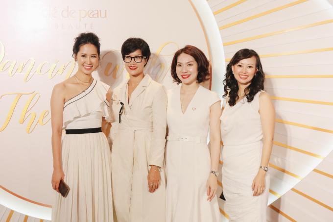 Hoa hậu Dương Thùy Linh, doanh nhân Kim Oanh (CEO Wrap and Roll Việt Nam), doanh nhân Thái Vân Linh (Shark Linh) cũng đến tham dự sự kiện (ghi chú rõ vị trí đứng).