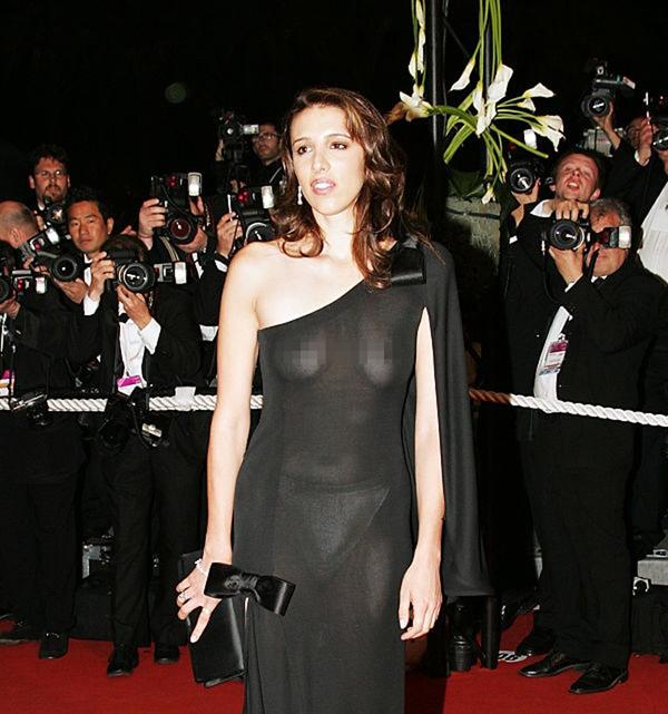 Nữ diễn viên Alexandra Kerry mặc bộ váy đen đến Cannes dự lễ ra mắt phim Kill Bill năm 2004. Tuy nhiên, dưới ánh điện và đèn flash, chiếc váy trở nên xuyên thấu, lộ hết nội y và hai bầu ngực của người đẹp.