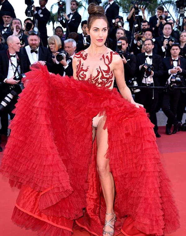 Tại buổi lễ ra mắt phim Rocket Man hôm 16/5 vừa qua, nữ diễn viên Thổ Nhĩ Kỳ Meryem Sarah Uzerli gặp sự cố khi vén váy quá cao trong lúc tạo dáng.