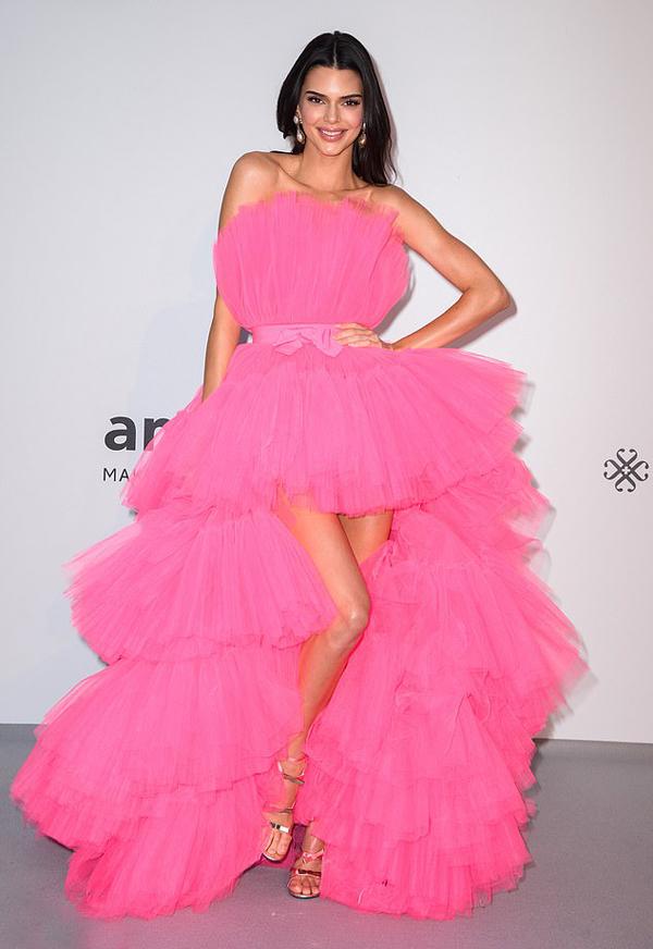 Tại gala từ thiện, siêu mẫu Kendall Jenner gây sự chú ý trong bộ đầm lộng lẫy.