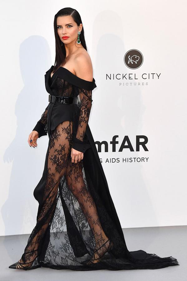 Cựu thiên thần nội y Adriana Lima diện váy ren xuyên thấu.
