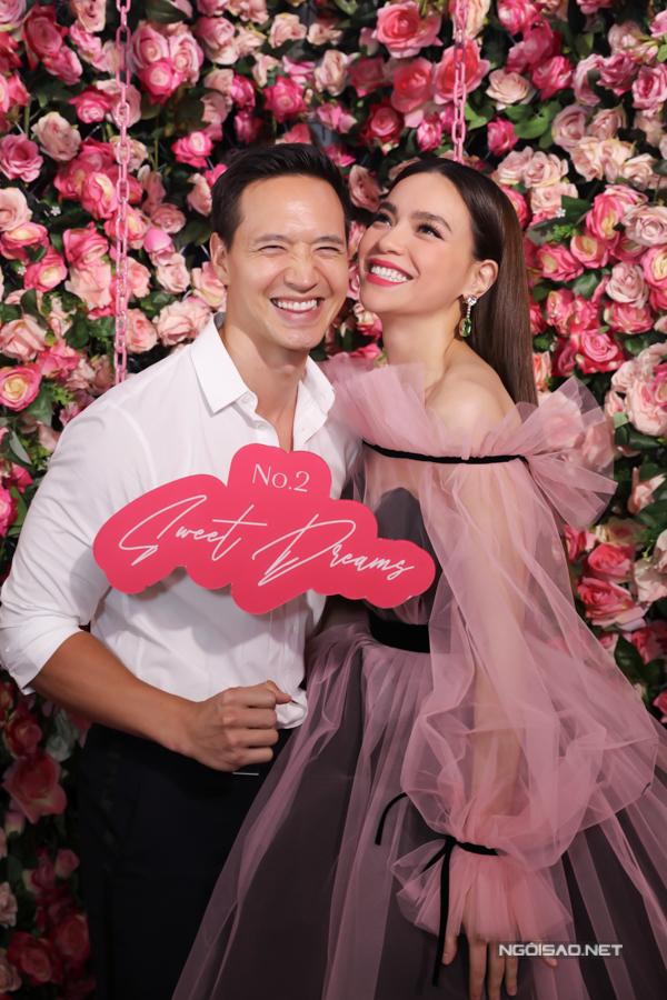 Diễn viên Việt kiều cười tít mắt bên người yêu.