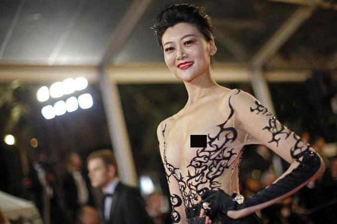 Tại liên hoan phim năm ngoái, người đẹp Triệu Hân - Hoa hậu Du lịch Quốc tế Trung Quốc - cũng khiến mọi người nóng mắt khi để lộ cả hai bầu ngực trong chiếc váy xuyên thấu.