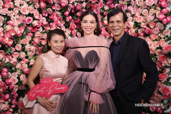 Bố mẹ Hà Hồ chúc mừng con gái kinh doanh thành công, được nhiều khách hàng tin tưởng.